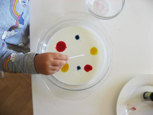 Mlieko s farbivom pripravené na experiment