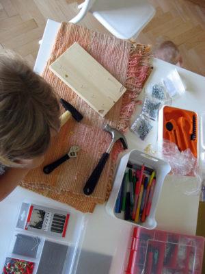 náradie a súčiastky na zatĺkanie klincov s deťmi