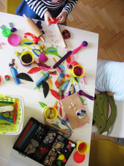 deti sa hrajú s plastelínou