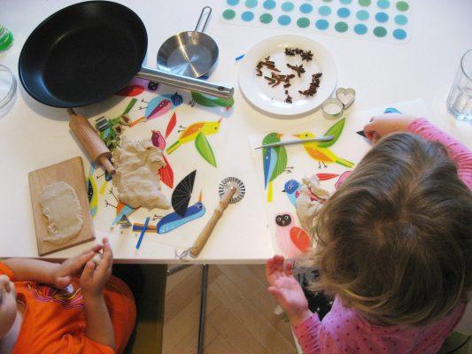 Dve deti modelujú vianočné ozdoby zo slaného cesta