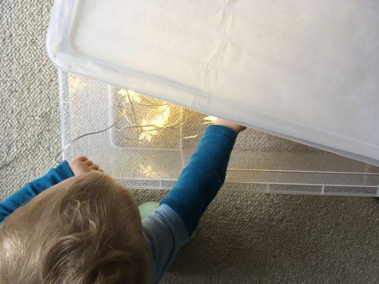 Domáci lightbox zo škatule, svetelnej reťaze a strihového papiera