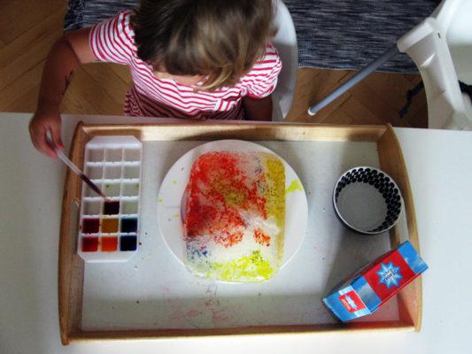 Ľad, soľ a farba na tácke