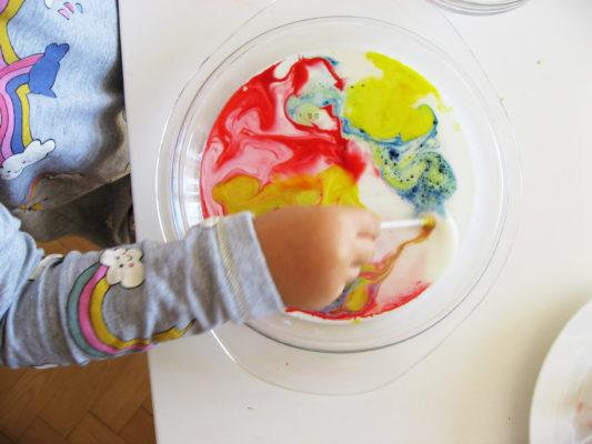 Mlieko, saponát a farbivo vytvorí nádherné mramorované efekty v tomto jednoduchom pokuse pre deti