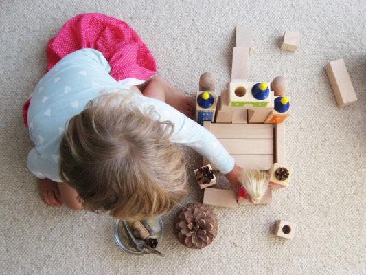 stavanie hradu z drevených kociek a prírodných materiálov