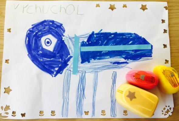 dieťa tvorí s ozdobnými dierkovačmi