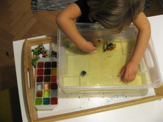 Zmyslová nádoba zafarbený ľad a voda