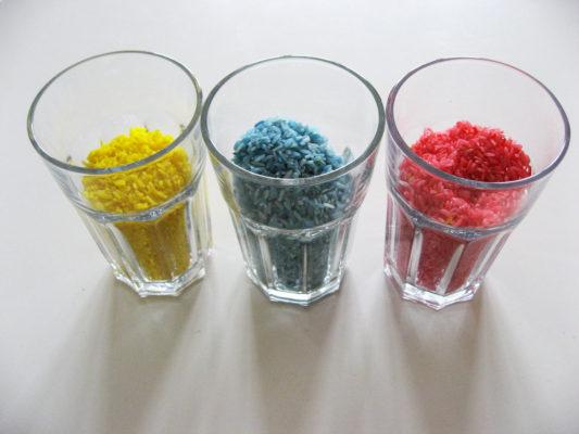Poháre s červenou, modrou a žltou dúhovou ryžou